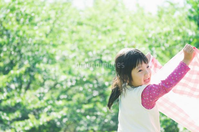 敷物をかかえる女の子の写真素材 [FYI01386498]