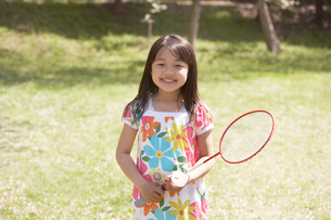 バトミントンのラケットを持つ女の子の写真素材 [FYI01386632]