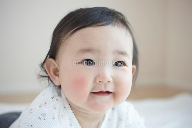笑う可愛い赤ちゃんの女の子の写真素材 [FYI01386666]