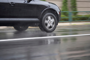 雨の車道を走る車の写真素材 [FYI01386742]