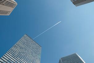 ビル群と飛行機雲の写真素材 [FYI01386937]