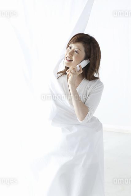 携帯で電話をする女性の写真素材 [FYI01388053]