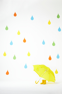 カラフルなかわいい雨のしずくマークと黄色の長靴と傘の写真素材 [FYI01388250]