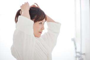 髪を結ぶ女性の写真素材 [FYI01388837]