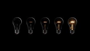 徐々に発熱して光る5個の電球の写真素材 [FYI01388938]