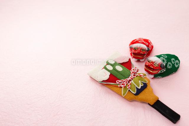 ピンクの背景に羽子板と獅子舞の写真素材 [FYI01388959]