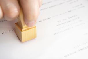 契約書に印を押すビジネスマンの写真素材 [FYI01389165]