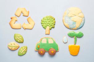 リサイクルマークと地球と葉っぱとエコカーと若葉のクッキーの写真素材 [FYI01389176]
