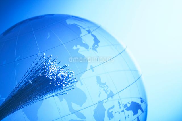 ケーブルと地球儀の写真素材 [FYI01389322]