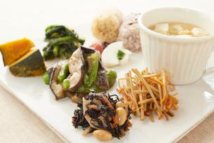 玄米おにぎりと野菜が沢山の健康な食事のワンプレートの写真素材 [FYI01389348]