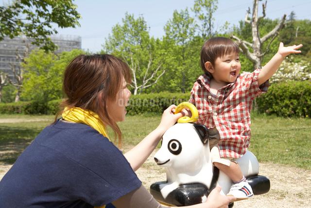 パンダの遊具で遊ぶ親子の写真素材 [FYI01389378]