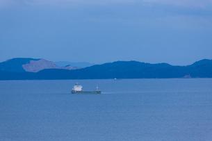 播磨灘に浮かぶ運搬船と家島群島の写真素材 [FYI01389871]