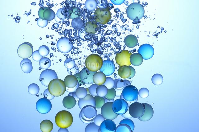水中のビー玉の写真素材 [FYI01389873]
