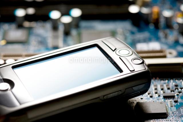 携帯と基盤の写真素材 [FYI01390169]