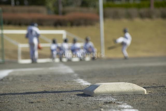ベースと野球少年の写真素材 [FYI01390185]