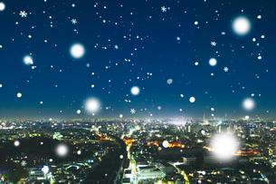 都会の夜景のイルミネーションと雪の写真素材 [FYI01390502]