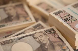 一万円札の札束の写真素材 [FYI01390716]