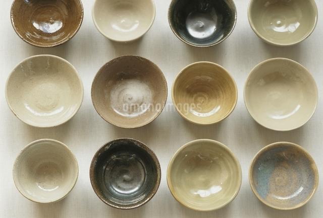 並んだ陶器の猪口の写真素材 [FYI01390915]