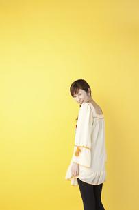 チュニックを着た女性の写真素材 [FYI01390968]