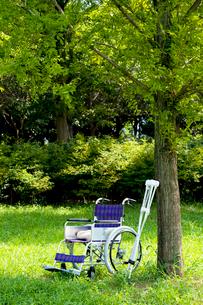松葉杖と車椅子の写真素材 [FYI01391045]