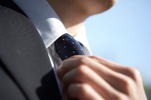 ネクタイを締める男性の手元の写真素材 [FYI01391418]