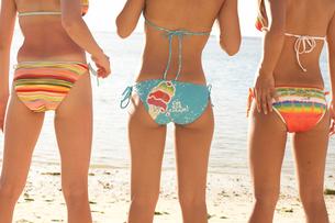 ビキニを着た女性3人の後姿の写真素材 [FYI01391504]