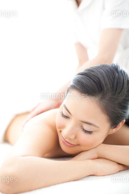 エステサロンで施術を受ける女性の写真素材 [FYI01391651]