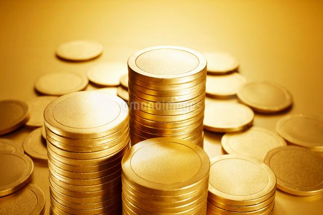 詰まれた金に輝く沢山のコインの写真素材 [FYI01391937]
