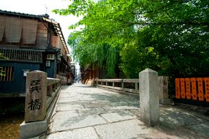 祇園 白川の巽橋の写真素材 [FYI01391964]