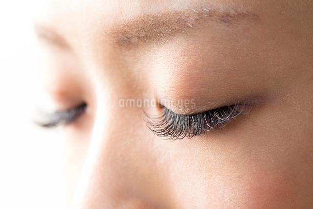 睫毛エクステーションをしている女性目元の写真素材 [FYI01392172]