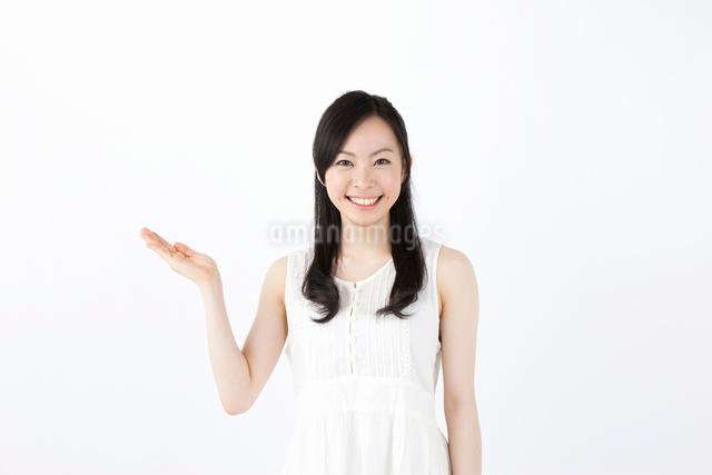 案内の仕草をする女性の写真素材 [FYI01392262]