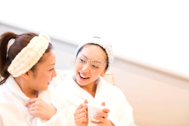 バスローブ姿の二人の女性の写真素材 [FYI01392775]