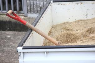 砂を積んだ軽トラックの荷台の写真素材 [FYI01393251]