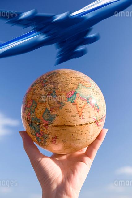 地球儀と飛行機の合成の写真素材 [FYI01393316]