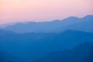 玉置神社から見た山々の夕景の写真素材 [FYI01394333]