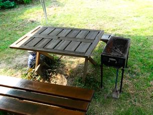 ガーデンテーブルとバーベキュー用コンロの写真素材 [FYI01394403]