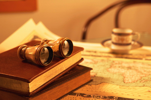 双眼鏡と本の写真素材 [FYI01394599]