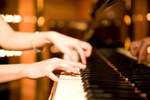 ピアノを弾く手元の写真素材 [FYI01395139]