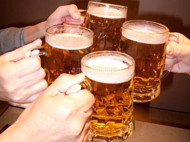ビールで乾杯の写真素材 [FYI01395269]
