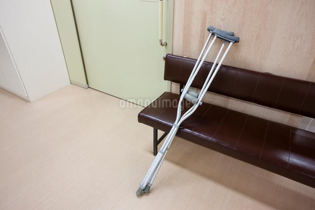 イスに置かれた松葉杖の写真素材 [FYI01395645]