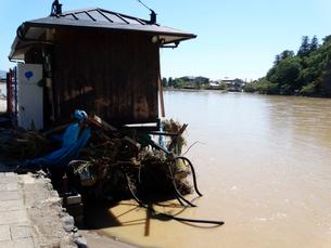 京都嵐山桂川の洪水災害で壊れた遊覧ボートのりばの写真素材 [FYI01395969]
