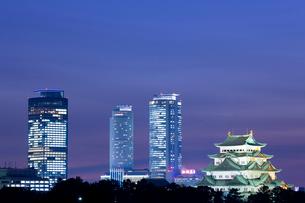 名古屋城と高層ビルの写真素材 [FYI01396320]