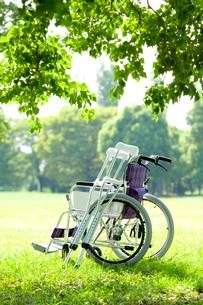 松葉杖と車椅子の写真素材 [FYI01396494]