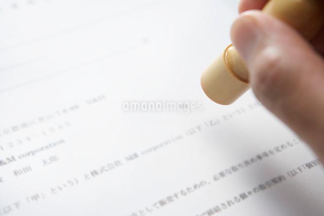 契約書に印を押すビジネスマンの写真素材 [FYI01396805]