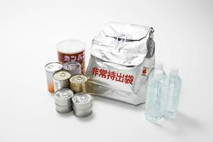 非常用避難リュックと備蓄用の水と缶詰の食料の写真素材 [FYI01396861]