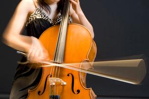 チェロ奏者の写真素材 [FYI01397211]