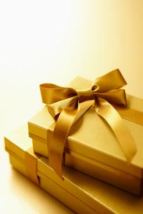 ゴールドのリボンを付けた豪華なギフトボックスの写真素材 [FYI01397240]