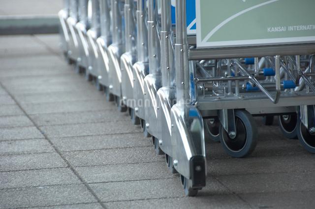 空港のカートの写真素材 [FYI01397266]