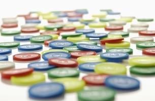 カラフルなプラスチックコインの写真素材 [FYI01397692]