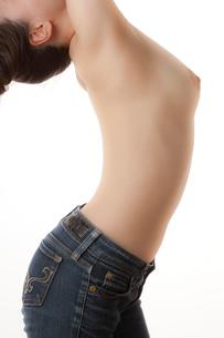 若い女性の脇腹と乳房の写真素材 [FYI01397986]